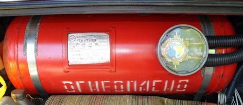 В штатном исполнении недостаток отъема свободного места неустраним, т.к. баллон имеет весьма внушительные размеры, если в кузовах типа «седан» это еще можно терпеть, разместив баллон на полке у задних сидений, то для «хетчбэка» и «универсала» это полная смерть багажнику
